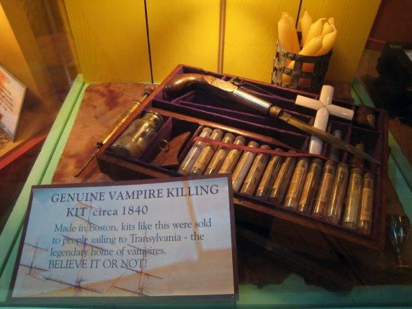 Zestaw łowcy wampirów. Nasi kościelni, znachorzy i baczowie nie potrzebowali tego rodzaju pomocy dla amatorów (autor: Josh Berglund, licencja: CC BY 2.0).