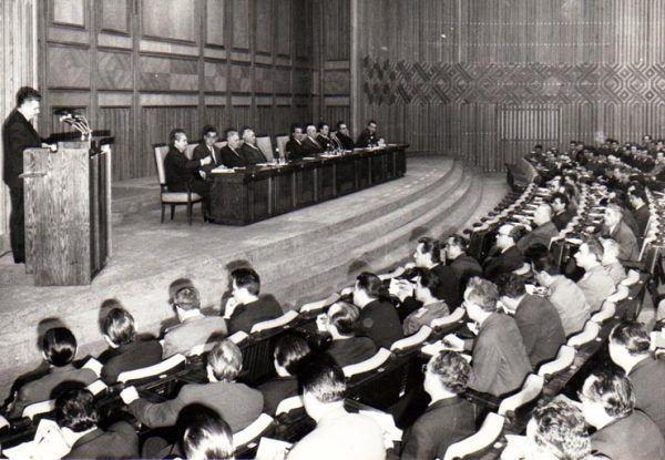 Ceausescu jako I sekretarz RKP przemawia podczas konferencji do przedstawicieli służb specjalnych, milicji i wymiaru sprawiedliwości (źródło: Fototeca online a comunismului românesc).