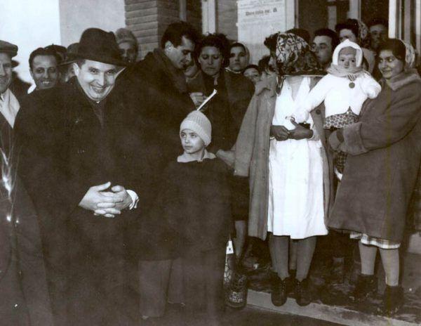 Ceauşescu, jak niemal każdy dyktator, lubił otaczać się dziećmi. I, również jak każdy dyktator, zamiast okrutnej prawdy wolał piękną iluzję (źródło: Institutul de Investigare a Crimelor Comunismului în România).