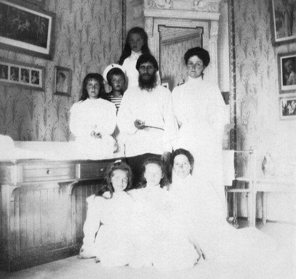Cóż można powiedzieć o poziomie medycyny w Rosji, skoro przed 100 laty najsłynniejsze były usługi niejakiego Grigorija Rasputina. Na zdjęciu z 1908 roku uzdrowiciel z carycą, jej dziećmi i guwernantką (źródło: domena publiczna).