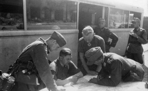 Czy Reinefarth ponosił odpowiedzialność za zbrodnie swoich podkomendnych? Na pewno zadbał o to, by rozkaz Himmlera został odpowiednio zrozumiany... (autor: Gutermann, źródło: Bundesarchiv, lic.: CC BY-SA 3.0 de).