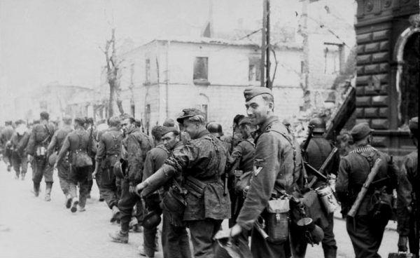 Gwałcili, rabowali, mordowali ze szczególnym okrucieństwem... SS-mani Dirlewangera na ul. Chłodnej w Warszawie (autor: Leher, źródło: Bundesarchiv, lic.: CC BY-SA 3.0 de).