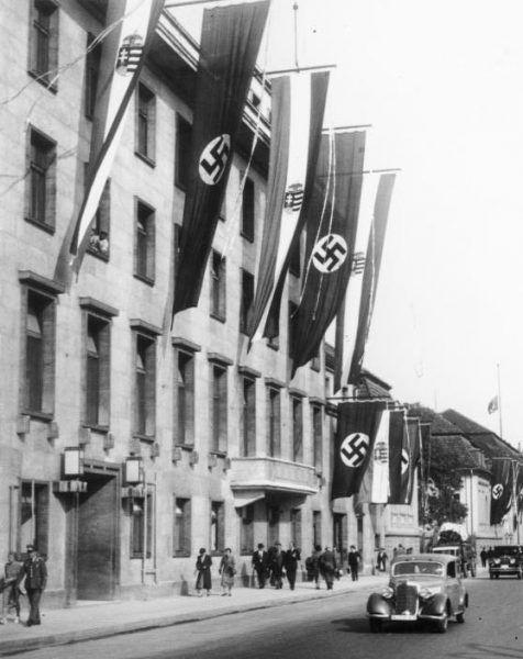 Niemieckie i węgierskie flagi w Berlinie (źródło: Bundesarchiv, lic.: CC BY-SA 3.0 de).