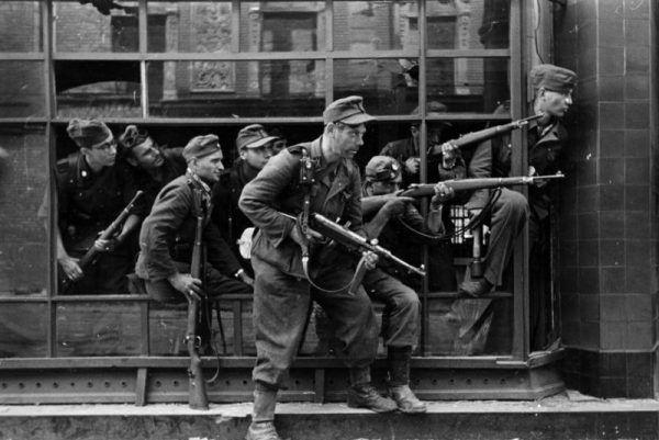 Do pacyfikacji Warszawy Niemcy użyli wszystkiego, co było pod ręką. Na zdjęciu żołnierze pułku Dirlewangera (źródło: Bundesarchiv, lic.: CC BY-SA 3.0 de).