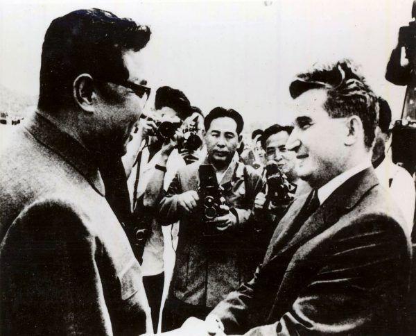 """Z podróży na Daleki Wschód Ceauşescu wrócił zafascynowany i zainspirowany (źródło: <a href=""""http://fototeca.iiccr.ro/picdetails.php?picid=33292X125X1751"""" target=""""_blank"""">Fototeca online a comunismului românesc</a>)."""