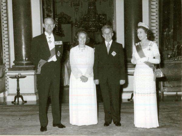 Ceauşescu i jego żona uwielbiali być fetowani na salonach zachodniej Europy. A zachodni przywódcy brali każdą antyradziecką deklarację Nicolae za dobrą monetę... (źródło: Muzeum Narodowe Historii Rumunii http://fototeca.iiccr.ro/picdetails.php?picid=45050X5X8).