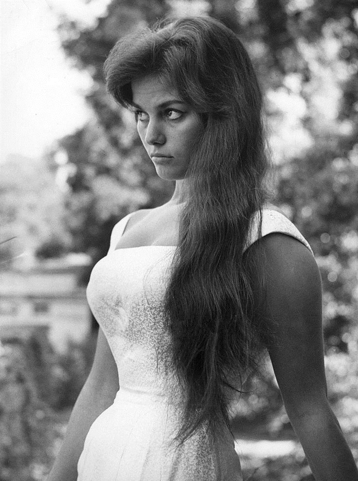 Jedna z najpiękniejszych kobiet w historii kina u progu swej kariery. Claudia Cardinale w 1957 roku (źródło: domena publiczna).