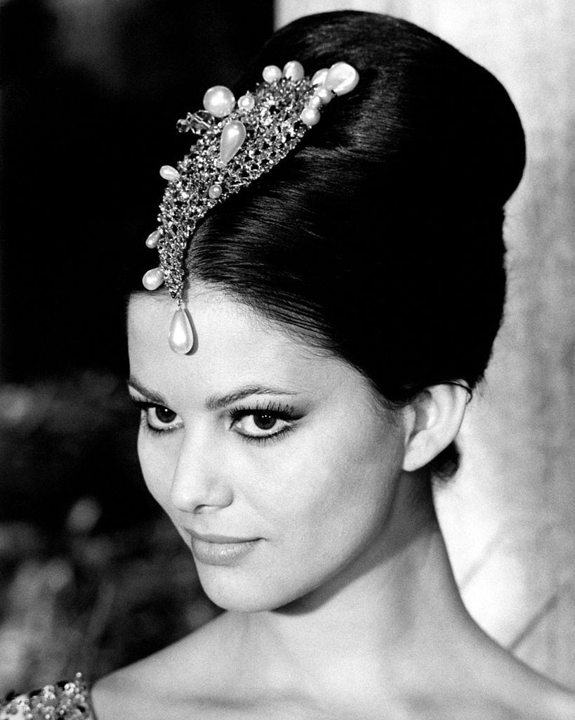 """Ten wzrok, ta zadziorność, ta pewność siebie... Trudno się dziwić, że Claudia została Miss Tunezji. Claudia Cardinale w 1963 roku na planie """"Różowej pantery"""" jako orientalna księżniczka Dahla (źródło: domena publiczna)."""