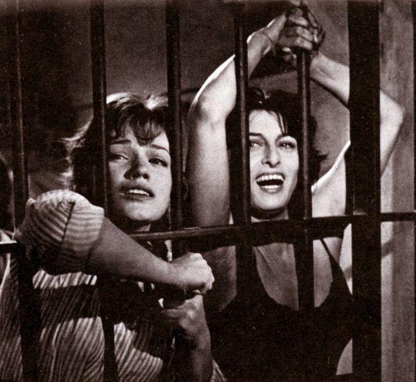 """50-letnia Anna wciąż zachwycała. Z Cristiną Gajoni (po lewej) w 1959 roku na planie filmu """"Nella città l'inferno"""" (źródło: domena publiczna)."""