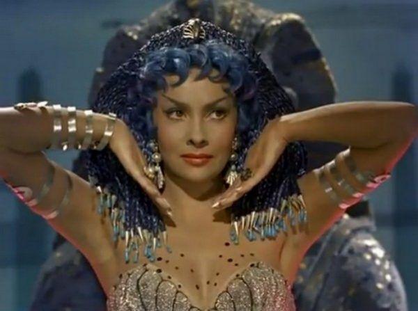 """To niesamowite, że nawet w niebieskiej peruce i z kuriozalnie domalowanymi rzęsami Gina Lollobrigida i tak wyglądała nieziemsko pięknie. Kadr z filmu """"La donna più bella del mondo"""" (źródło: domena publiczna)."""