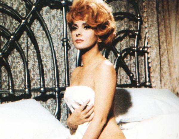 """Po takim zdjęciu trudno się dziwić, że Gina stała się symbolem seksu. 38-letnia Lollobrigida w kadrze z filmu """"Le bambole"""" (źródło: domena publiczna)."""