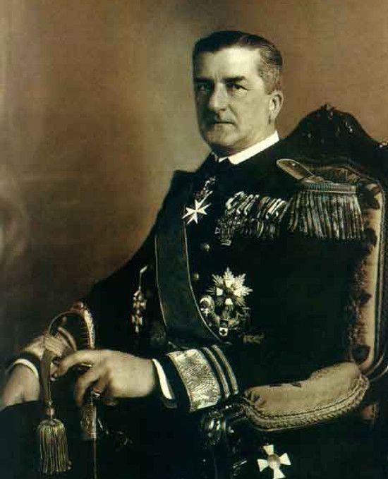 Admirał Miklós Horthy okazał się sprawnym politykiem, który potrafił przejąć i utrzymać w rękach pełną władzę (źródło: domena publiczna).