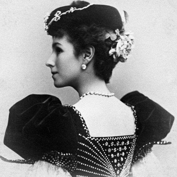 Mikołaj zapałał uczuciem do polskiej primabaleriny, ale zanim została jego kochanką, spytał grzecznie rodziców o zgodę. Matylda Krzesińska w stroju hiszpańskiej tancerki na fotografii z 1897 roku (źródło: domena publiczna).