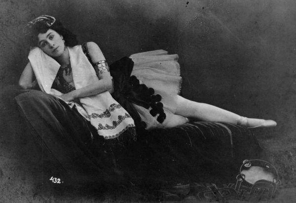 """Tym razem Matylda na pocztówce z przełomu 1898 i 1899 roku w kostiumie z baletu """"La Esmeralda"""" (źródło: domena publiczna)."""