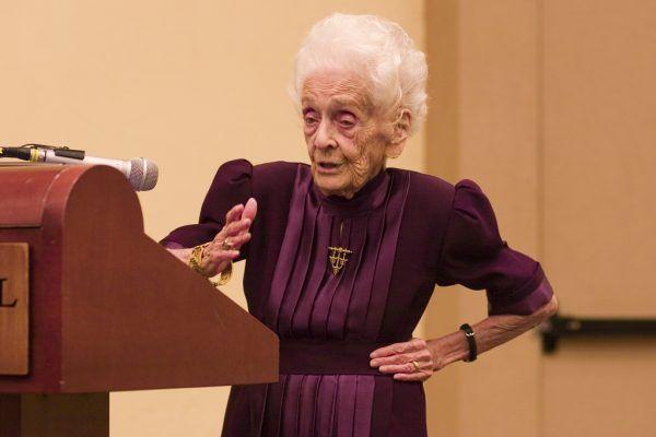 Rita Levi-Montalcini, matka neuronauk, była kobietą długowieczną, która zachowała sprawność umysłu do końca swoich dni. Tu widać, jak 98-letnia (!) badaczka przemawia na konferencji (fot. audrey_sel, flickr, lic. CC BY-SA 2.0).