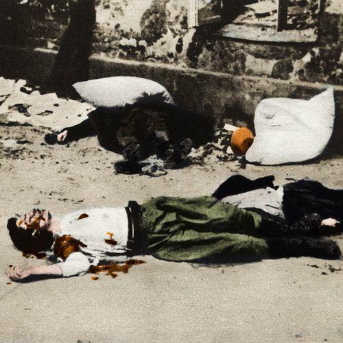 Polscy Powstańcy pomordowani przez Niemców (żródło: domena publiczna; koloryzacja: Rafał Kuzak).