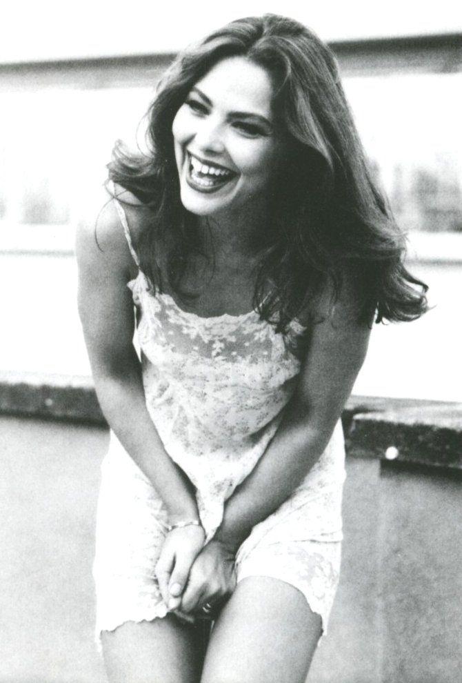 Człowiekowi od razu promienniej na duszy, gdy widzi szeroki uśmiech 20-letniej Ornelli (źródło: domena publiczna).