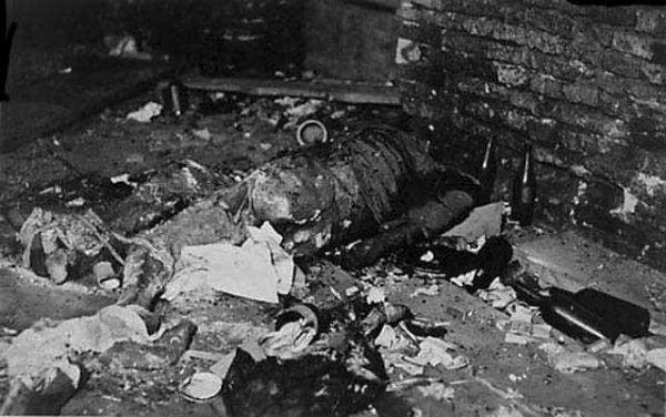 Wyjątkowo brutalnie rozprawiano się z bezbronnymi ofiarami w szpitalach powstańczych. Na zdjęciu szczątki rannych w szpitalu przy ul. Długiej 7 (autor: Leonard Sempoliński , źródło: domena publiczna).