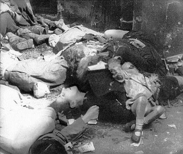 Dla nazistowskich zwyrodnialców płeć i wiek ofiar nie miały najmniejszego znaczenia. Na zdjęciu polscy cywile, zamordowani w egzekucji przy ul. Marszałkowskiej 111 (źródło: domena publiczna).