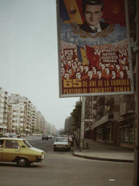 Puste pułki w sklepach, podsłuchiwane telefony, zimne kaloryfery... a na ulicach plakaty wychwalające Ceausescu! (autor: Scott Edelman, domena publiczna).