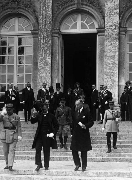 Postanowienia z Trianon Węgrzy odczuli jako upokorzenie, z którym nigdy się nie pogodzą... Na zdjęciu węgierska delegacja (źródło: domena publiczna).