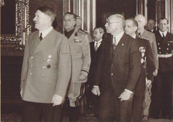 Gdy powiedziało się A, trzeba powiedzieć B... 20 listopada 1940 roku Węgry dołączyły do Paktu Trzech. Na zdjęciu: Adolf Hitler i Pál Teleki (źródło: domena publiczna).