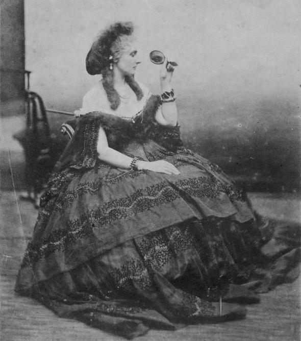 Virginia nie tylko uwielbiała pozować do zdjęć, ale i je współtworzyć, wymyślając kostiumy i rekwizyty (fot. Pierre Louis Pierson, źródło: domena publiczna).