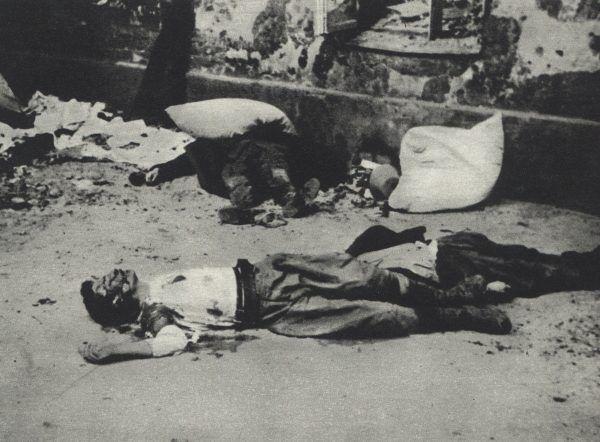 Zwłoki ludzkie zalegały na ulicach powstańczej Warszawy... Na zdjęciu powstańcy zamordowani na jednym z podwórek (autor: Alfred Mensebach, źródło: domena publiczna).
