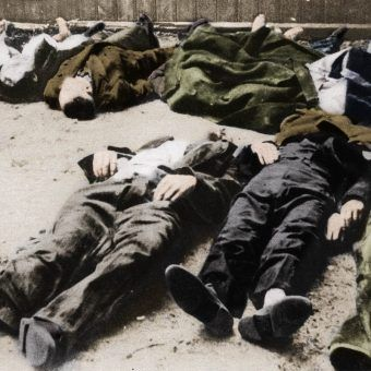 Naziści postanowili wymordować wszystkich mieszkańców powstańczej Warszawy. Na zdjęciu ofiary rzezi Woli (źródło: domena publiczna, koloryzacja: Rafał Kuzak).