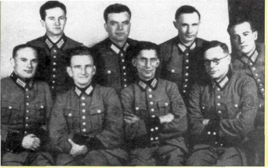 """Roman Szuchewycz (siedzi drugi z lewej) w towarzystwie innych członków batalionu Nachtigall (źródło: """"Ukrainska Pravda"""",domena publiczna)."""