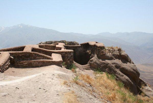 Pozostałości po fortyfikacjach w Alamucie. Miejscu, gdzie jakoby przywódcy Nizarytów mieli imitować raj, by skłonić szeregowych członków do mordów (fot. Payampak, lic. CC BY-SA 3.0).