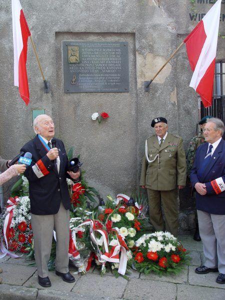"""Antoni Heda ps. """"Szary"""" w czasie obchodów 60. rocznicy rozbicia kieleckiego więzienia (fot. Jrkruk, CC BY-SA 3.0)."""