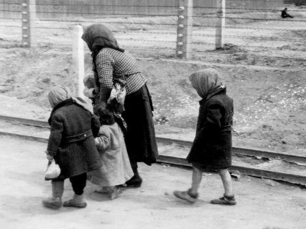 Kobieta z dziećmi w drodze do komory gazowej Auschwitz-Birkenau w 1944 roku. Zdjęcie wykonane przez SS-mana Bernharda Waltera za zgodą Eichmanna (fot. Bundesarchiv, Bild 183-74237-004 / CC-BY-SA 3.0).