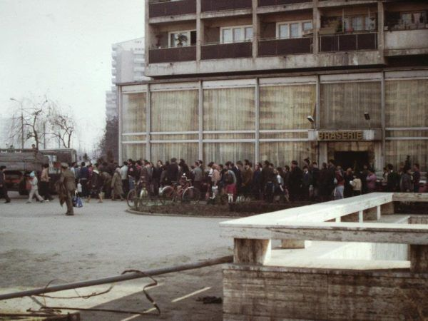 W latach 80. brakowało dosłownie wszystkiego... Na zdjęciu: kolejka po olej, Bukareszt 1986 (autor: Scott Edelman, domena publiczna).