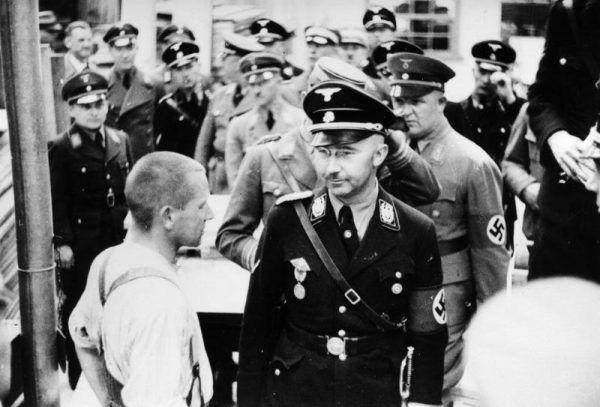 Z nazistowskim okultyzmem najbardziej kojarzy się Heinrich Himmler... a przecież nie był w tym osamotniony. Na zdjęciu Himmler w obozie Dachau w 1936 roku (Bundesarchiv, Bild 152-11-12 / CC-BY-SA 3.0).