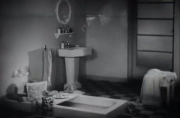 """Panna Flora zażywa kąpieli w swojej luksusowej łazience (źródło: kadr z filmu """"Dwie Joasie"""")."""