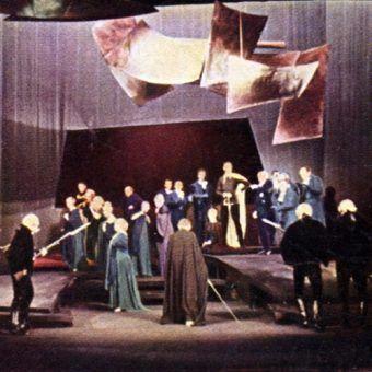 """Uczestnictwem w Towarzystwie Filomatycznym inspirował się Adam Mickiewicz pisząc """"Dziady"""". Tu inscenizacja w Teatrze Ludowym na Nowej Hucie w 1962 roku (zdjęcie z Wielkiej Encyklopedii Powszechnej PWN z 1965 roku, źródło: domena publiczna)."""