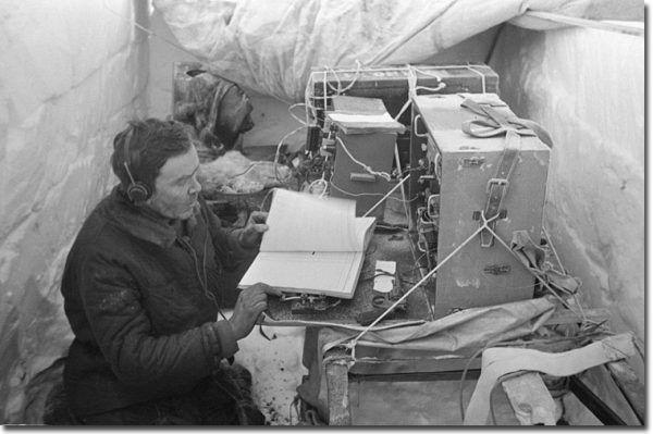 """Ernst Krenkel, radiotelegrafista pierwszej radzieckiej dryfującej stacji polarnej """"Siewiernyj Polus-1"""" (domena publiczna)."""