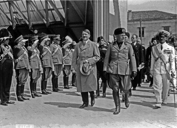 Adolf Hitler Benito i Mussolini podczas pierwszej zagranicznej wizyty niemieckiego kanclerza. Wenecja, czerwiec 1934 roku (źródło: domena publiczna).