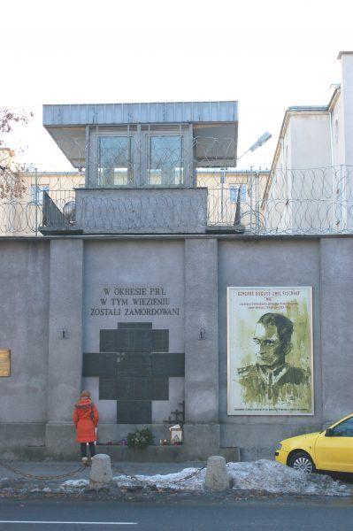 Tablica upamiętniająca ofiary więzienia na Rakowieckiej umieszczona na jego murach (fot. Wistula, CC BY-SA 3.0).