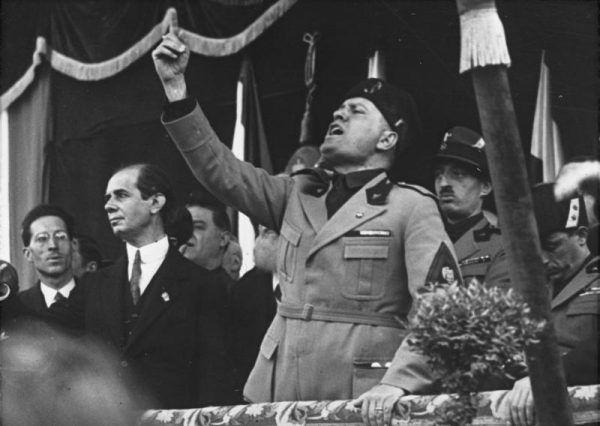W czasie gdy Hitler jedynie marzył o władzy, Mussolini już od lat posiadał jej pełnię. Nic zatem dziwnego, że stał się wzorem dla przywódcy nazistów (źródło: Bundesarchiv; lic. CC-BY-SA 3.0)