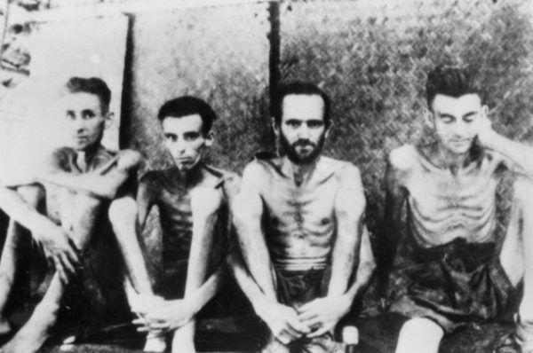 Tak wyglądali amerykańscy i holenderscy żołnierze po kilku miesiącach w japońskim obozie na Tajlandii (źródło: Australian War Memorial, domena publiczna).