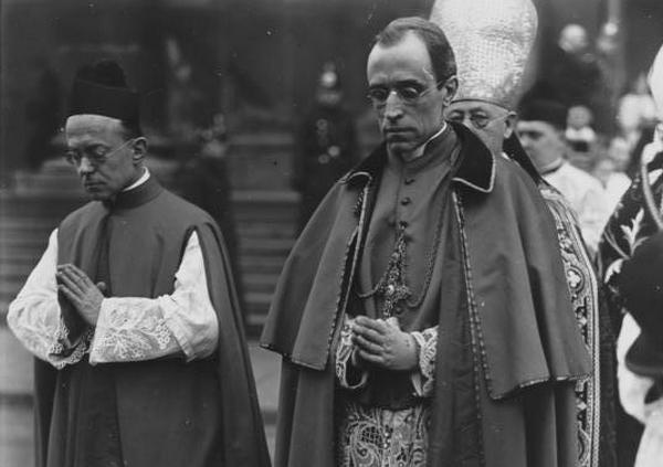 Canaris znał Piusa XII od lat 20. gdy ten jeszcze jako Eugenio Pacelli pełnił funkcję nuncjusza w Niemczech (źródło: Bundesarchiv; lic. CC-BY-SA 3.0).