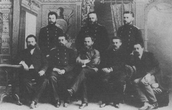 Iwan Pawłow (siedzi w środku) w otoczeniu swoich doktorantów z Wojskowej Akademii Medycznej w Sankt Petersburgu (1891 rok) (domena publiczna).