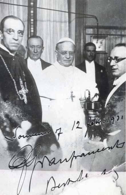 Inauguracja Radia Watykan w 1931 roku.W centrum Pius XI, z lewej kardynał Eugenio Pacelli (późniejszy Pius XII), pomiędzy nimi Guglielmo Marconi (źródło: domena publiczna).