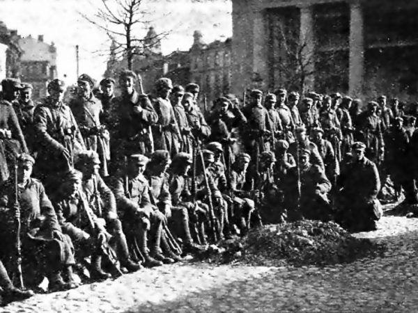 Po przyłączeniu Wilna do Polski dla Bruderferajn nastały czasu rozkwitu. Na zdjęciu polscy żołnierze w Wilnie w 1920 roku (źródło: domena publiczna).