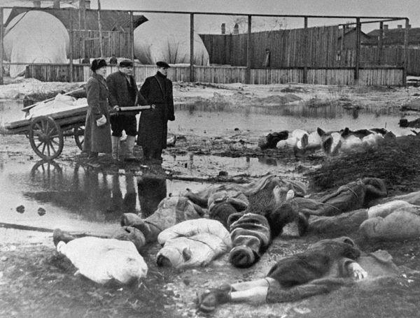 Podczas blokady Leningradu dochodziło do aktów kanibalizmu. Zwłoki należało więc chować jak najszybciej... Na zdjęciu mężczyźni grzebiący trupy na Cmentarzu Wołkowskim (RIA Novosti archive, image #216 / Boris Kudoyarov / CC-BY-SA 3.0).