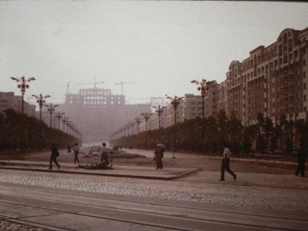 Kiedy Rumunia pogrążała się w biedzie, małżeństwo Ceaușescu zastanawiało się, gdzie dobudować marmurowe schody... Na zdjęciu: Dom Ludowy w budowie (autor: Scott Edelman, domena publiczna).