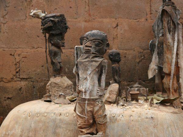 Ołtarz wodu z afrykańskiego państwa Benin. Woduistyczne organizacje są tam darzone wielką estymą (fot. Dominik Schwarz, lic. CC BY-SA 3.0).