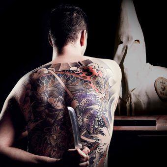 """Ku Klux Klan kontra Yakuza? Fot. z materiałów promocyjnych serialu """"W mroku tajnych stowarzyszeń""""."""